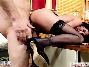 Darling Dava Foxx opens her gams for a fine puss gobbling