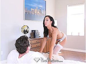 cougar Tiffany Brookes takes off and boinks
