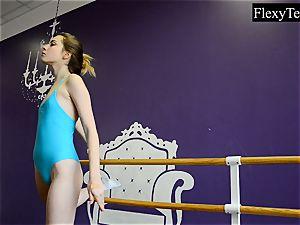Fiatal female ballerina
