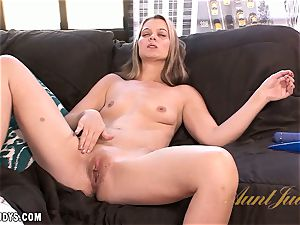 Brooklyn Moore busts all over that fucktoy